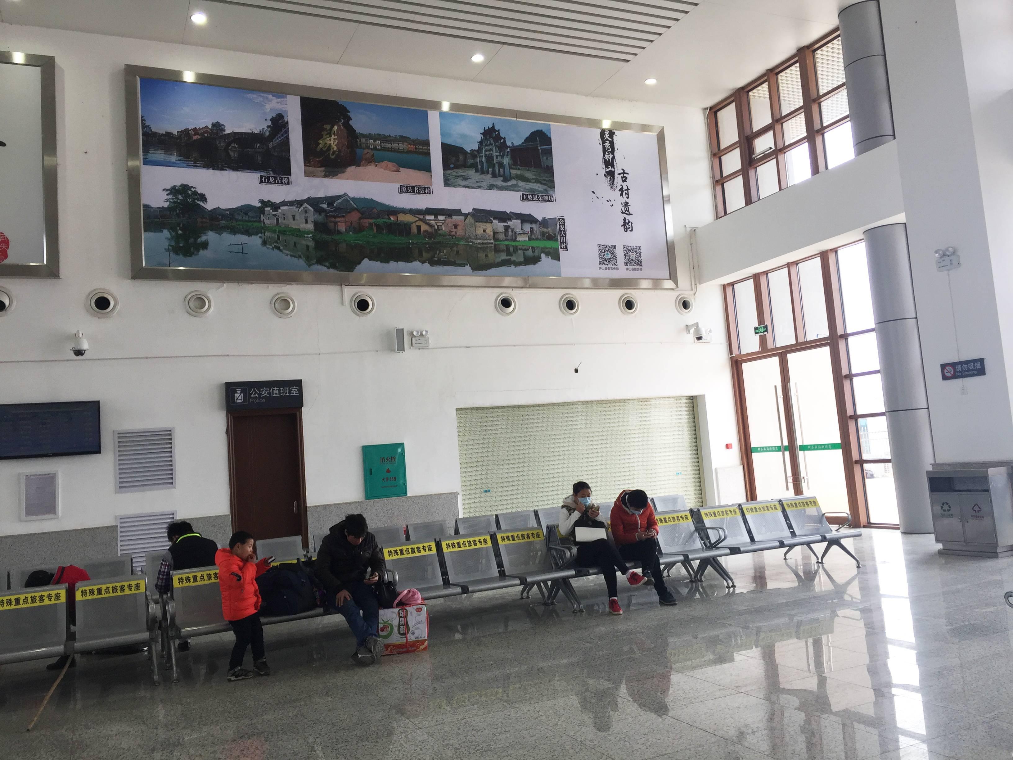 广西贺州市钟山西站火车站高铁站候车大厅灯箱媒体广告
