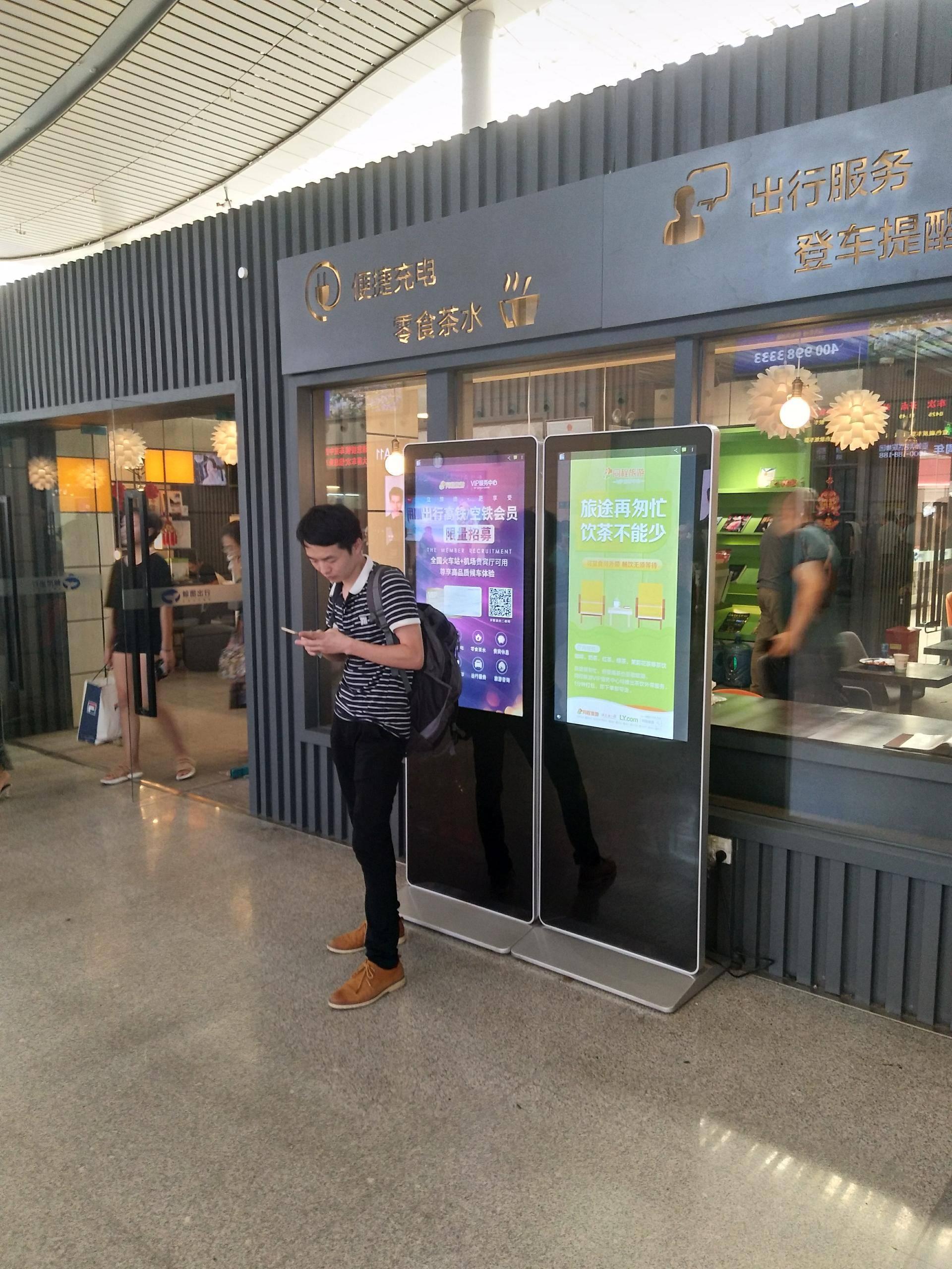 长沙南站2楼候车室广告机