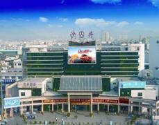 深圳沙井客运大楼正门入口上方玻璃外墙弧形广告位100平方米(一年)
