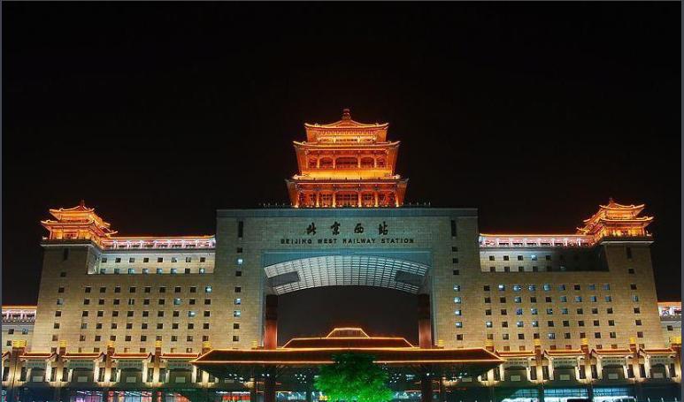 北京高铁西站LED大屏北广场东、西两侧