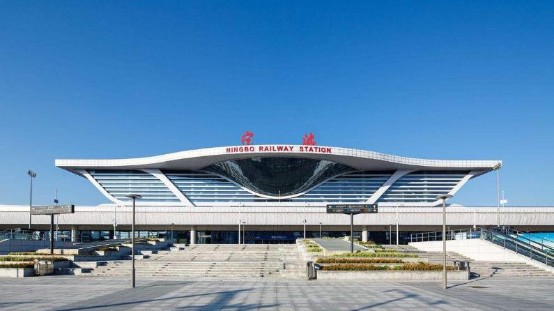 浙江高铁宁波站LED大屏南进站大厅(电梯通道中央)(1块)