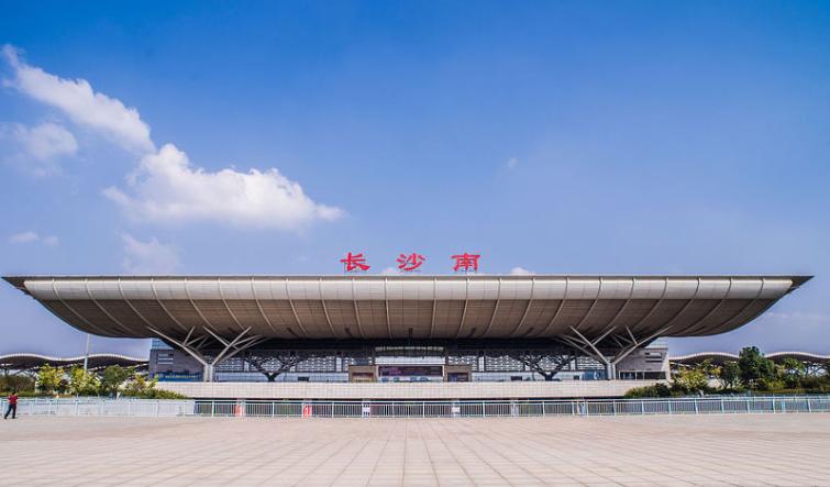 湖南高铁长沙南站LED大屏西广场二楼进站安检口上方(1块)