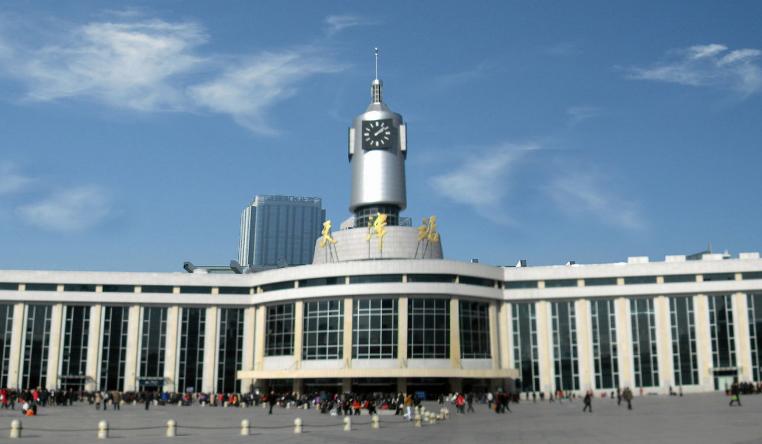 天津高铁天津站LED大屏南进站口电梯上方(1块)