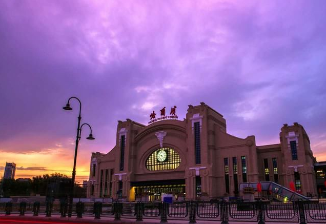 黑龙江高铁哈尔滨站LED大屏高架候车厅右侧上方(1块)