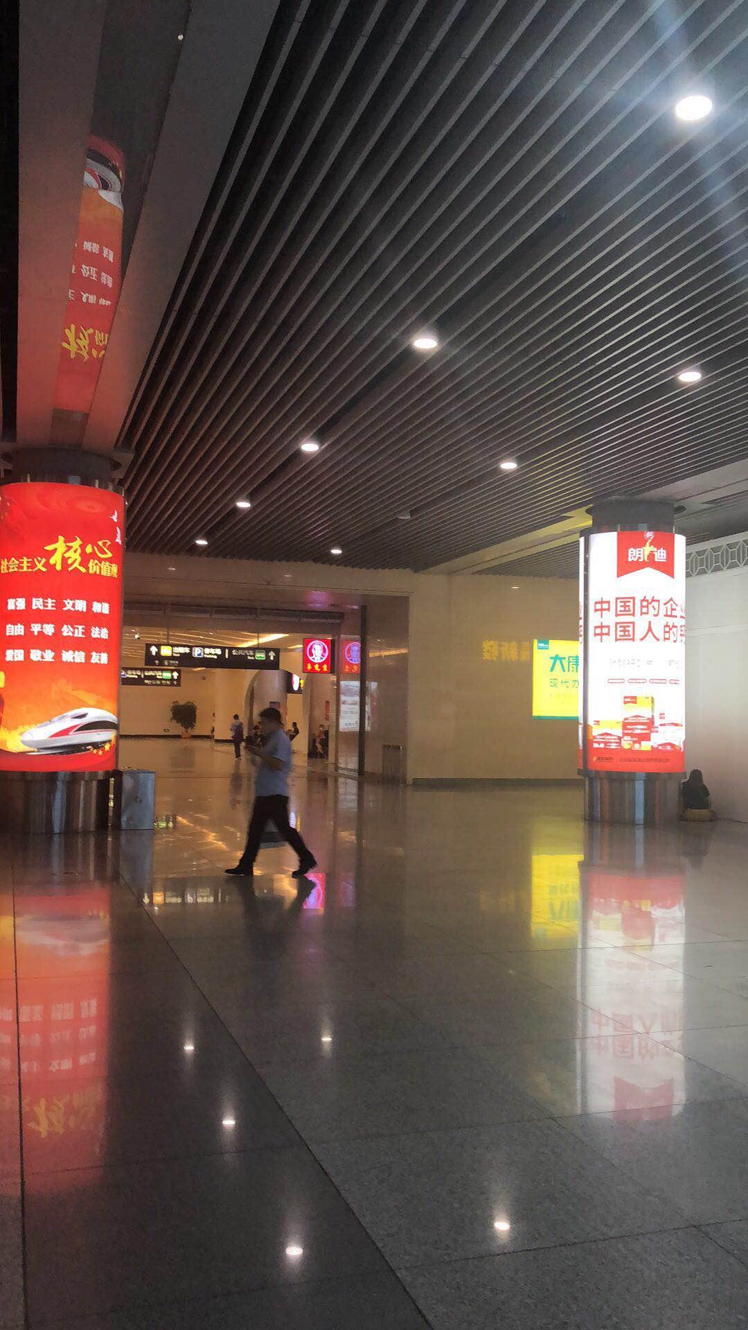 山西太原南站(高铁站)出站大厅灯箱立柱广告