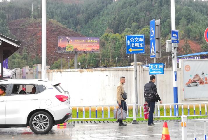 三江南站广告三面单立柱户外高杆广告