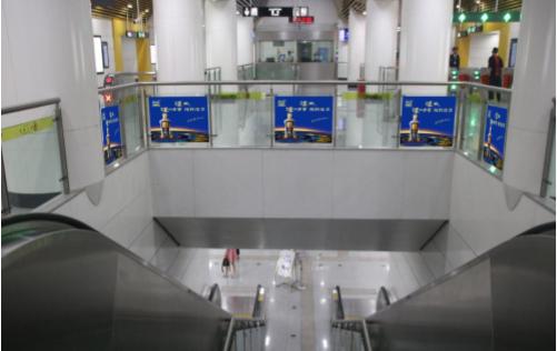乌鲁木齐地铁A级站点玻璃贴广告(4周)
