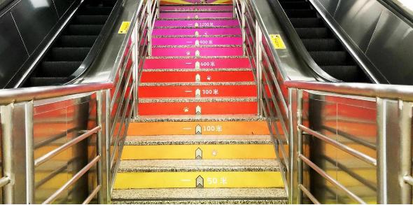 杭州地铁A级站点梯间贴广告(4周)